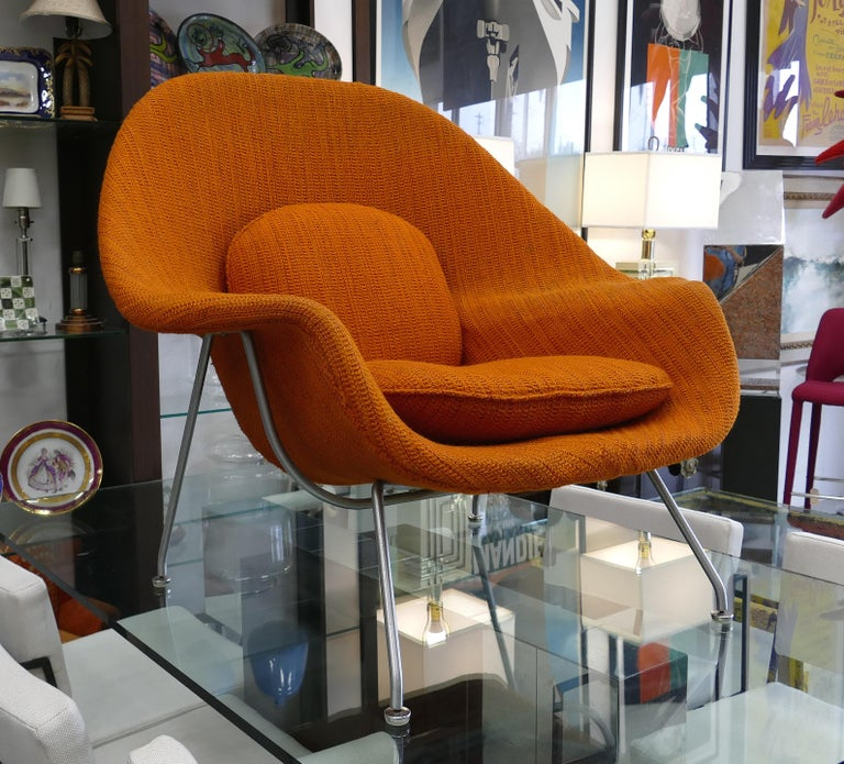 Eero Saarinen Knoll womb chair in original fabric  Offered for sale is an early example of the