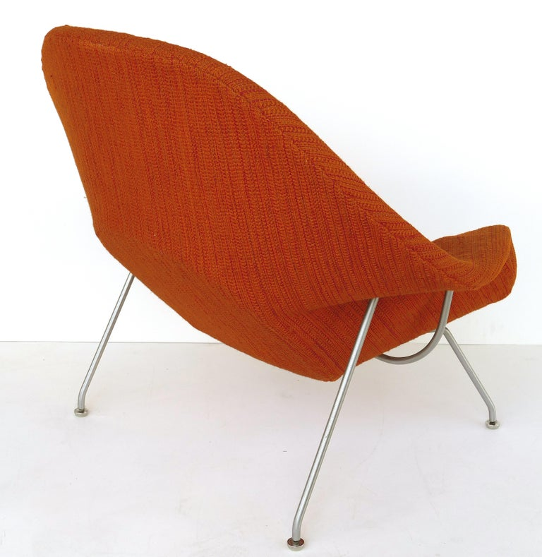 Eero Saarinen Knoll Womb Chair in Knoll Cato Wool Fabric In Good Condition For Sale In Miami, FL