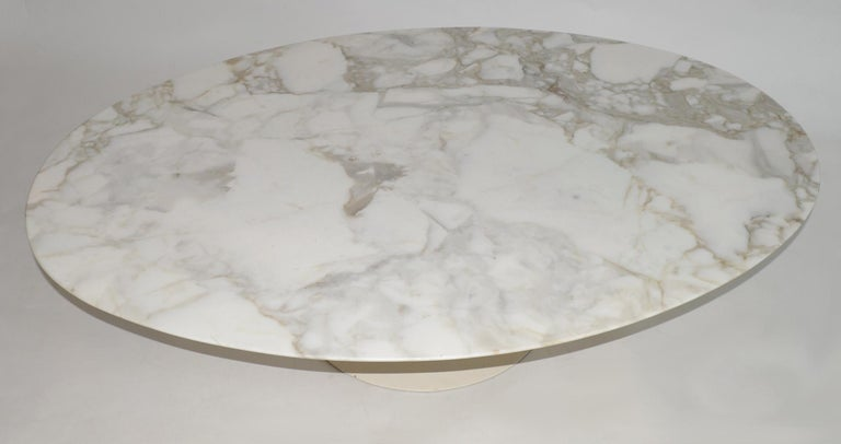 Eero Saarinen Knoll Tulip coffee or cocktail table with oval white Carrara knife-edge bevelled marble top on white enameled pedestal base, circa 1960. Base needs re painting. Italian marble, enameled cast metal, wood. Retails Knoll label. Measures: