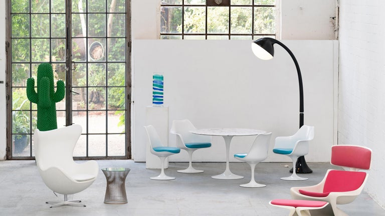 We offer here 4 virtually new tulip chairs by Eero Saarinen, all swivel - with incredibly beautiful turquoise-blue leather. Produced by Knoll International.  You will find the matching table in our other offers. The complete set was only used