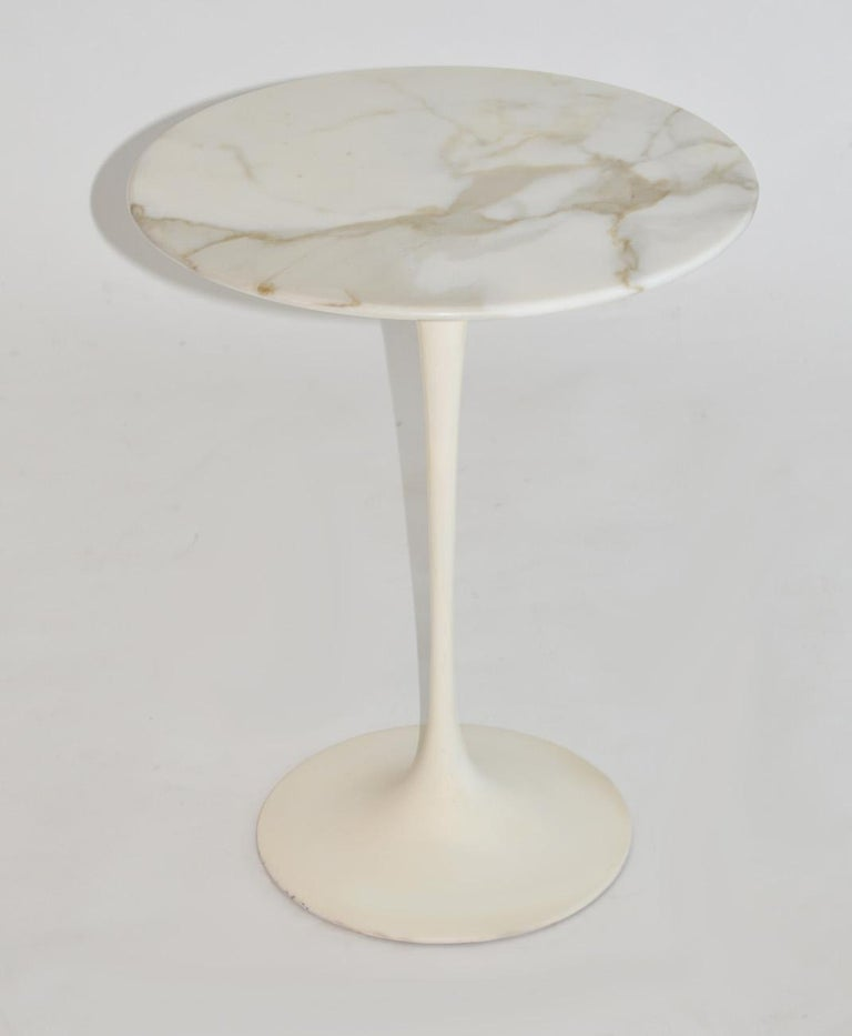 Eero Saarinen Tulip side table in marble by Knoll, circa1960. Knife-edge beveled Italian marble over white enameled cast metal base. Base in original condition could use re painting. Measures: 20.5 height x 16 diameter.