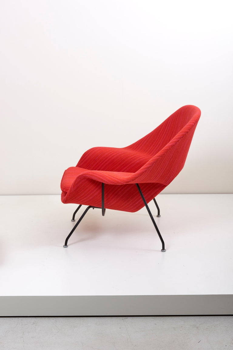 Eero Saarinen Womb Chair with Ottoman by Knoll in Knoll Dynamic Fabric In Excellent Condition In Berlin, DE