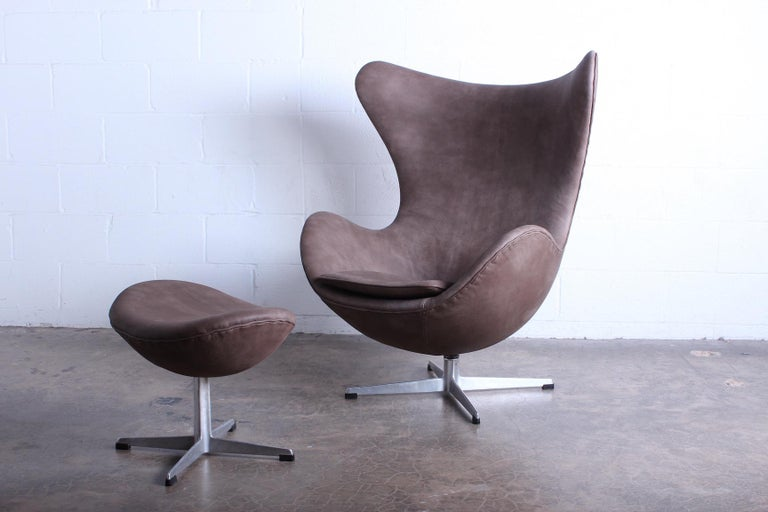 Egg Chair and Ottoman by Arne Jacobsen for Fritz Hansen In Good Condition For Sale In Dallas, TX