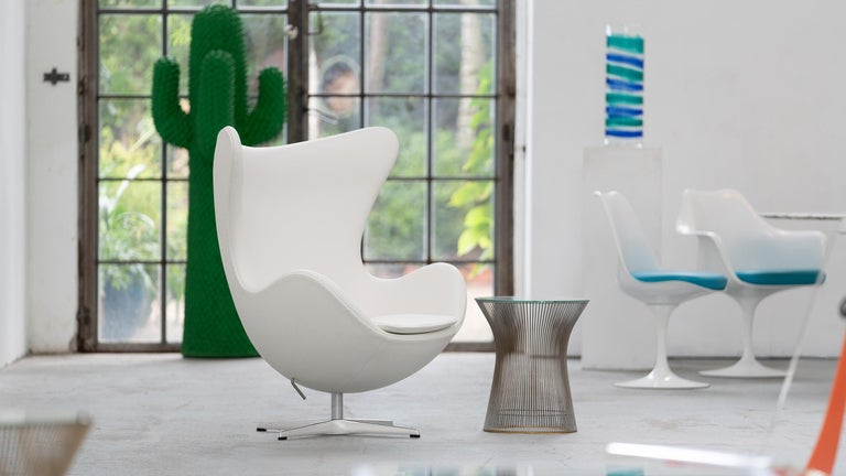 The Egg chair by Arne Jacobsen is an everlasting Danish design masterpiece. Production date: 2018-04-25 - like new, with all papers and original box - only used for 2 photoshoots!  Like a sculptor, Jacobsen strived to shape the shell's perfect