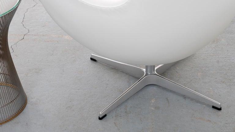 Egg Chair by Arne Jacobsen for Fritz Hansen in White Leather, 2018 Fritz Hansen For Sale 1