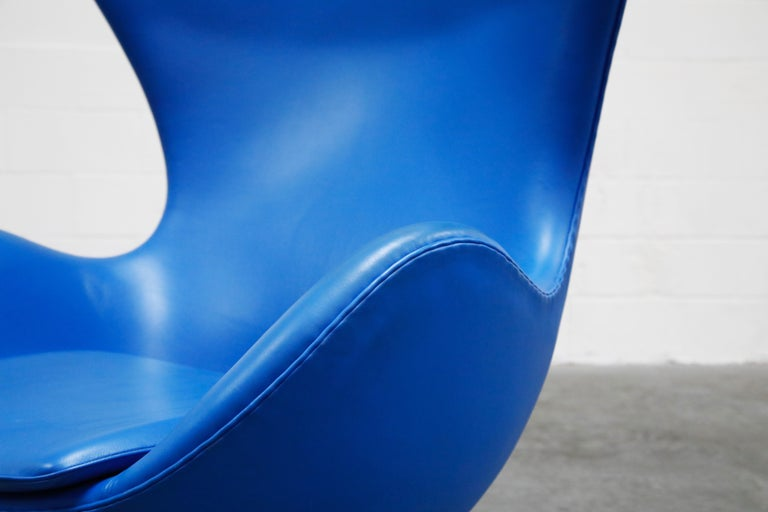 Egg Chair by Arne Jacobson for Fritz Hansen in Blue Leather, Signed For Sale 4