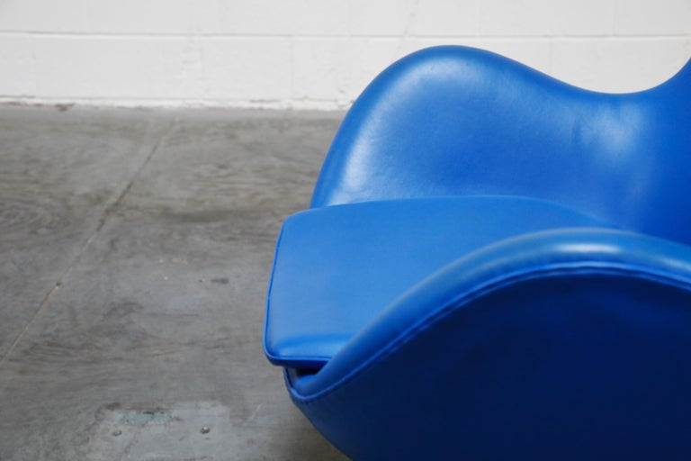 Egg Chair by Arne Jacobson for Fritz Hansen in Blue Leather, Signed For Sale 7