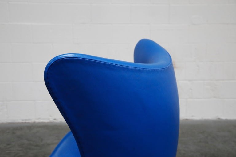 Egg Chair by Arne Jacobson for Fritz Hansen in Blue Leather, Signed For Sale 8