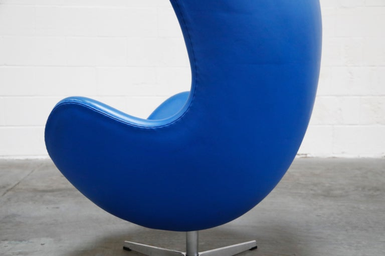 Egg Chair by Arne Jacobson for Fritz Hansen in Blue Leather, Signed For Sale 9