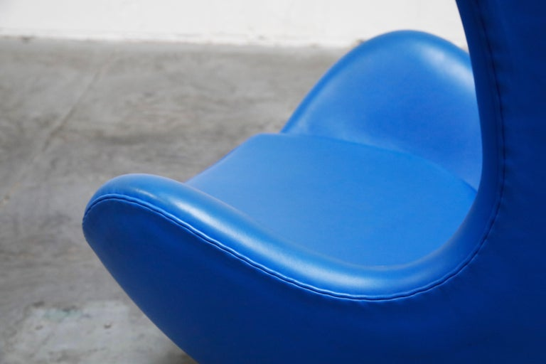 Egg Chair by Arne Jacobson for Fritz Hansen in Blue Leather, Signed For Sale 10