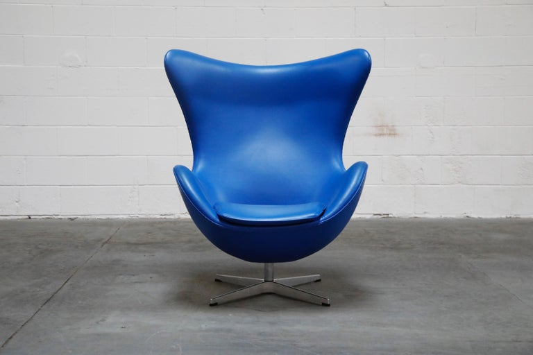 A fantastic signed example egg chair by Arne Jacobson for Fritz Hansen in a custom commissioned electrifying blue high-grade leather with incredible quality and durability as you would expect from Fritz Hansen. This is the authentic egg lounge chair