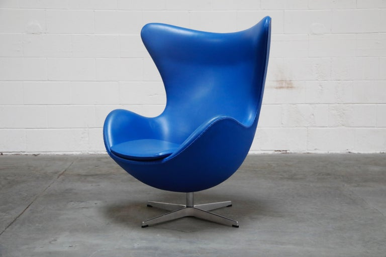 Mid-Century Modern Egg Chair by Arne Jacobson for Fritz Hansen in Blue Leather, Signed For Sale