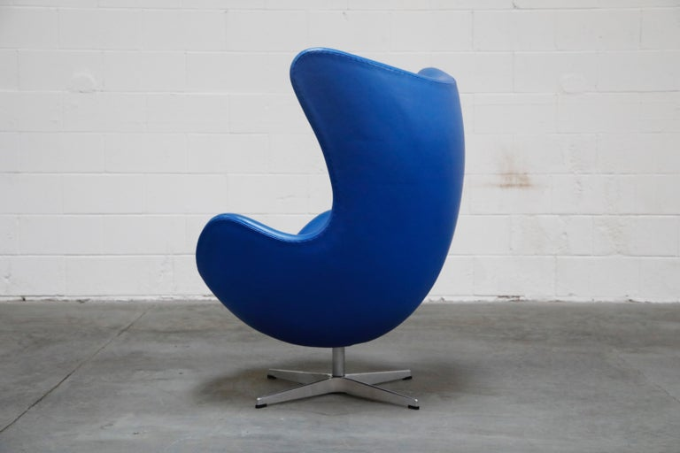 Cast Egg Chair by Arne Jacobson for Fritz Hansen in Blue Leather, Signed For Sale