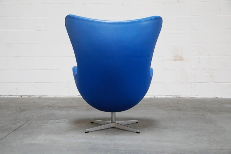 Egg Chair by Arne Jacobson for Fritz Hansen in Blue Leather, Signed In Excellent Condition For Sale In Los Angeles, CA