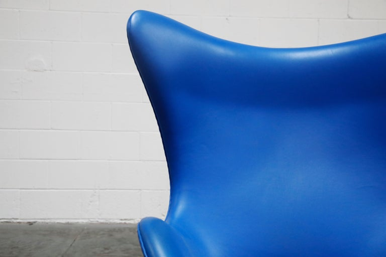 Contemporary Egg Chair by Arne Jacobson for Fritz Hansen in Blue Leather, Signed For Sale