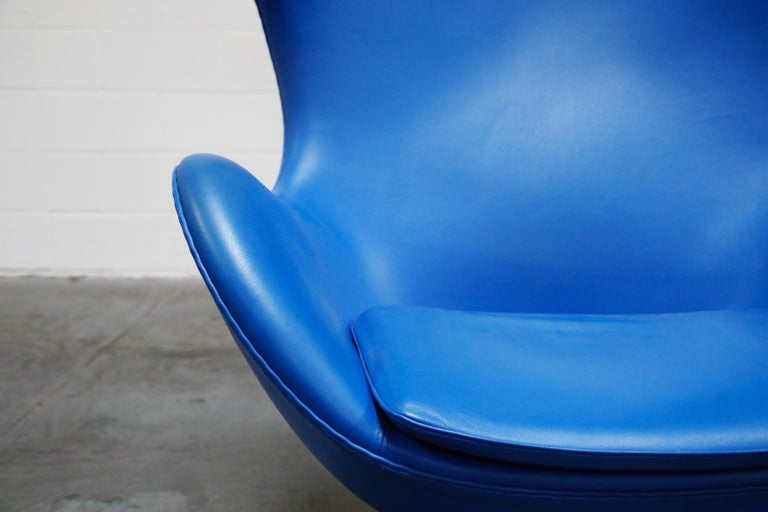 Egg Chair by Arne Jacobson for Fritz Hansen in Blue Leather, Signed For Sale 1