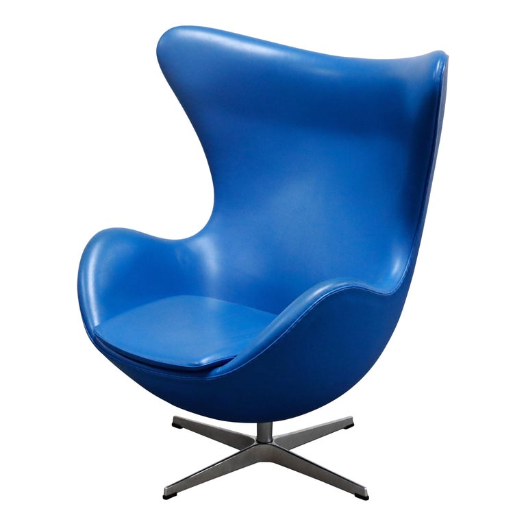 Egg Chair by Arne Jacobson for Fritz Hansen in Blue Leather, Signed For Sale