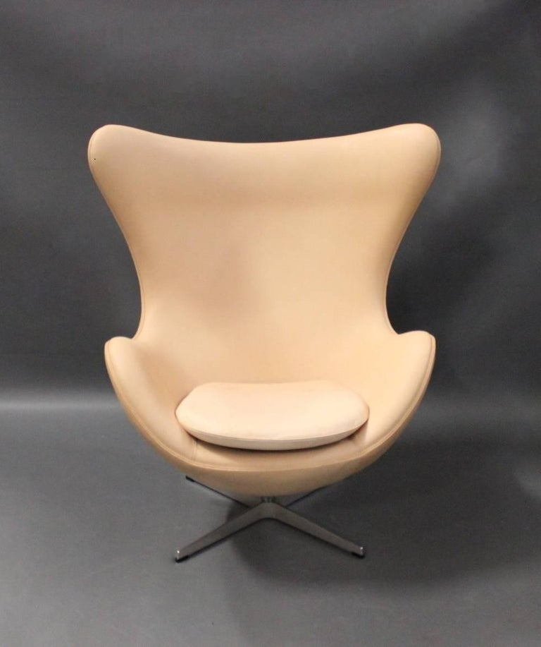 The egg, model 3316, with original upholstered in light leather, designed by Arne Jacobsen in 1958 and manufactured by Fritz Hansen in the 1970s.