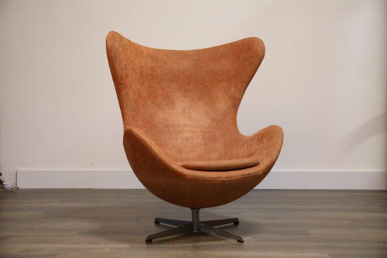 Mid-Century Modern Egg Swivel Chair by Arne Jacobsen for Fritz Hansen, Double Signed, August 1967 For Sale