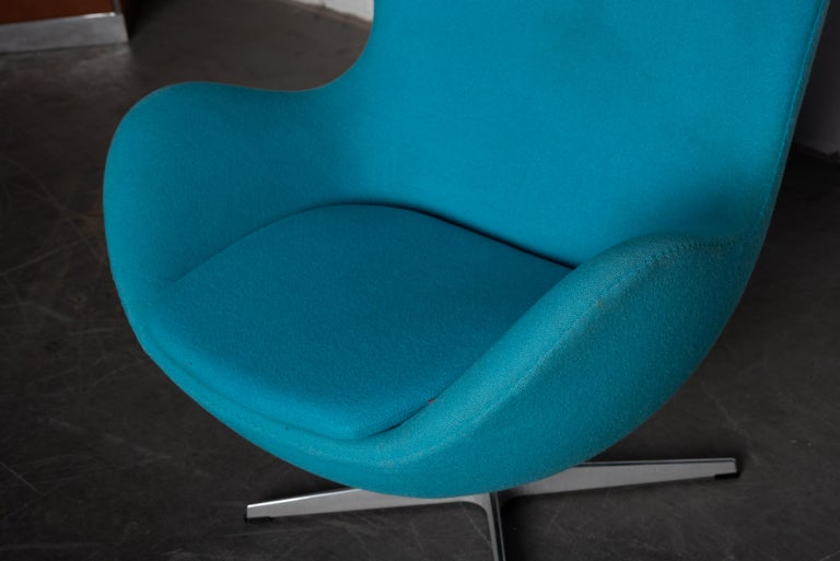 'Egg' Swivel Chair by Arne Jacobsen for Fritz Hansen, Signed For Sale 4