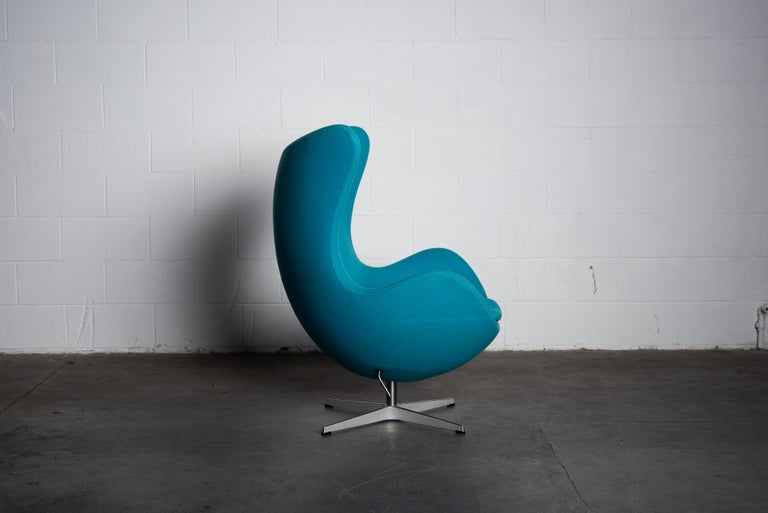 'Egg' Swivel Chair by Arne Jacobsen for Fritz Hansen, Signed In Good Condition For Sale In Los Angeles, CA