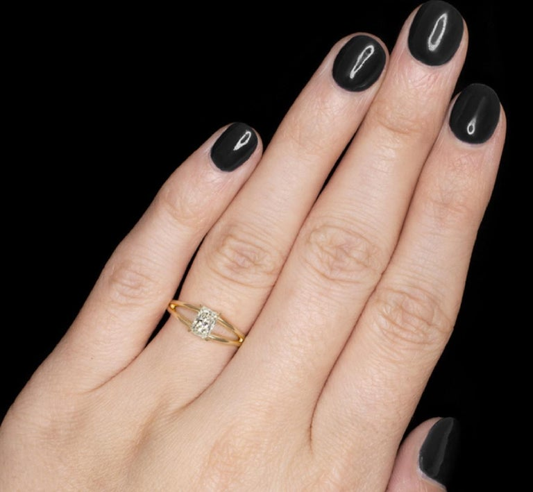 Modern GIA Certified 1 Carat Radiant Cut Ring E Color VS2 Clarity For Sale