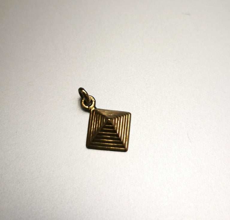 Egyptian Revival Pyramid Yellow Gold 18 Karat Charm In Good Condition For Sale In Geneva, CH