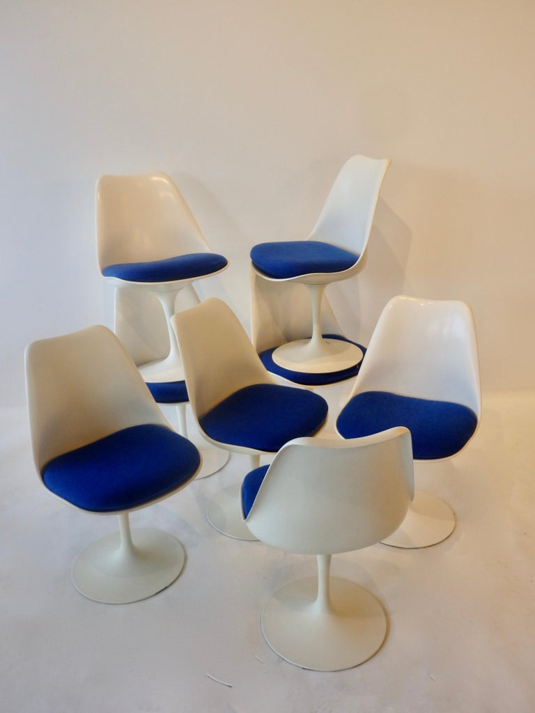20th Century Eight Eero Saarinen for Knoll Tulip Group White Swivel Dining Chairs For Sale