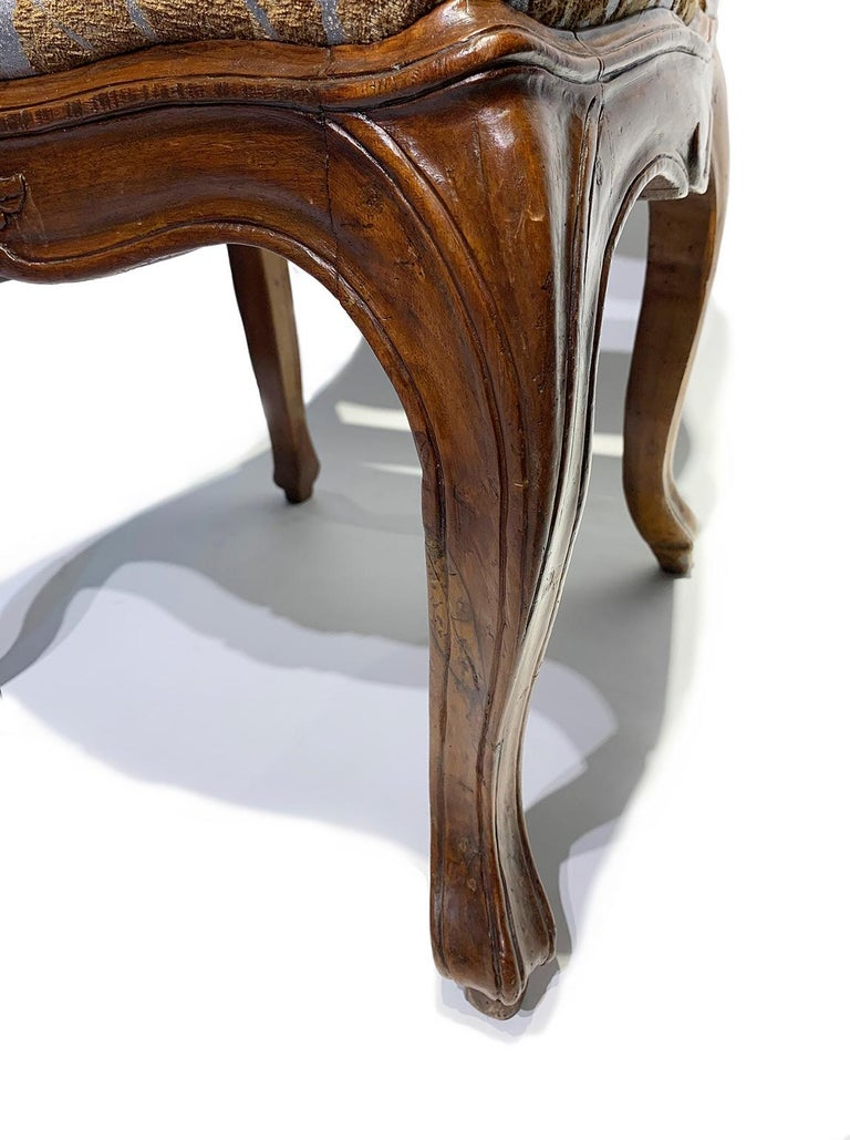 Eight Italian Chairs in Carved Walnut, Genoa, circa 1750 For Sale 6