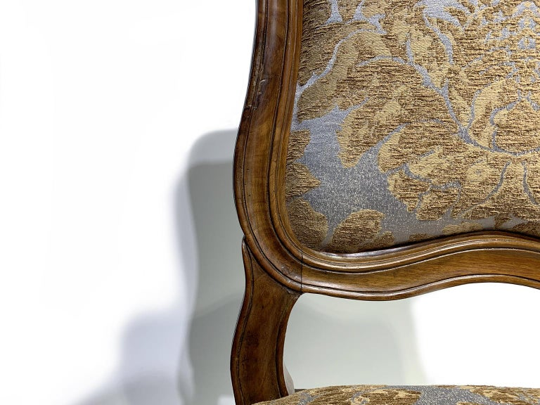 Eight Italian Chairs in Carved Walnut, Genoa, circa 1750 For Sale 4