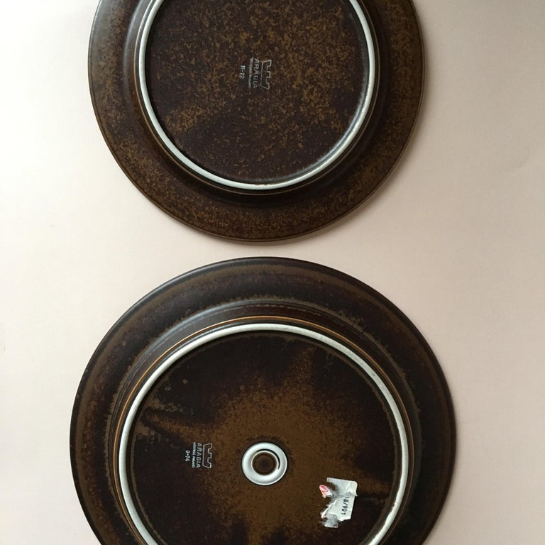 Eight Pieces of Midcentury Ruska Stoneware Dinner Plates from Arabia Finland In Good Condition For Sale In Riga, Latvia