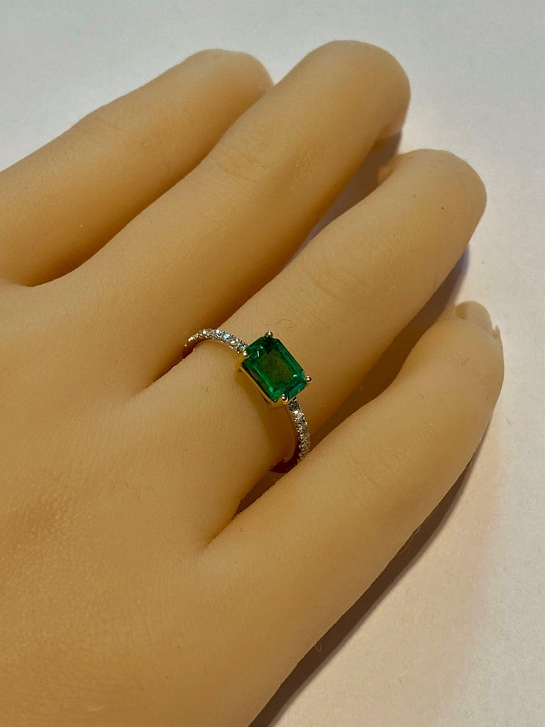 Eighteen Karat Gold Columbia Emerald Diamond Cocktail Ring  In New Condition For Sale In New York, NY