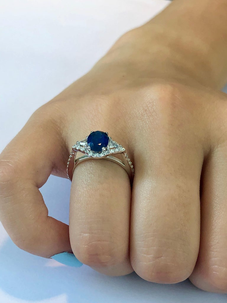 Contemporary Eighteen Karat White Gold Sapphire and Diamond Cocktail Ring Weighing 2.55 Carat For Sale