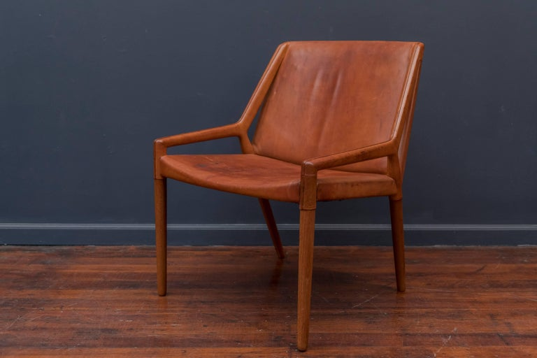 Sophisticated design cognac leather teak lounge chair by Eijner Larsen & Askel Bender Madsen for Willy Beck, Denmark. Good original condition with age appropriate wear and use.