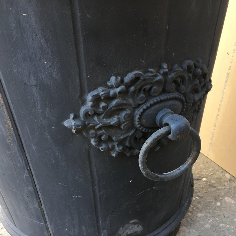 Elegant 19th Century French Cast Iron Garden Planter or Urn In Good Condition For Sale In Arles, FR