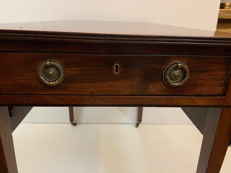 Elegant 19th Century Mahogany and Satinwood Pembroke Drop Leaf Side Table For Sale 1