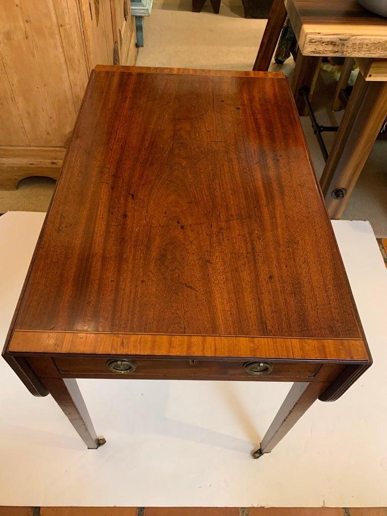 Elegant 19th Century Mahogany and Satinwood Pembroke Drop Leaf Side Table For Sale 3