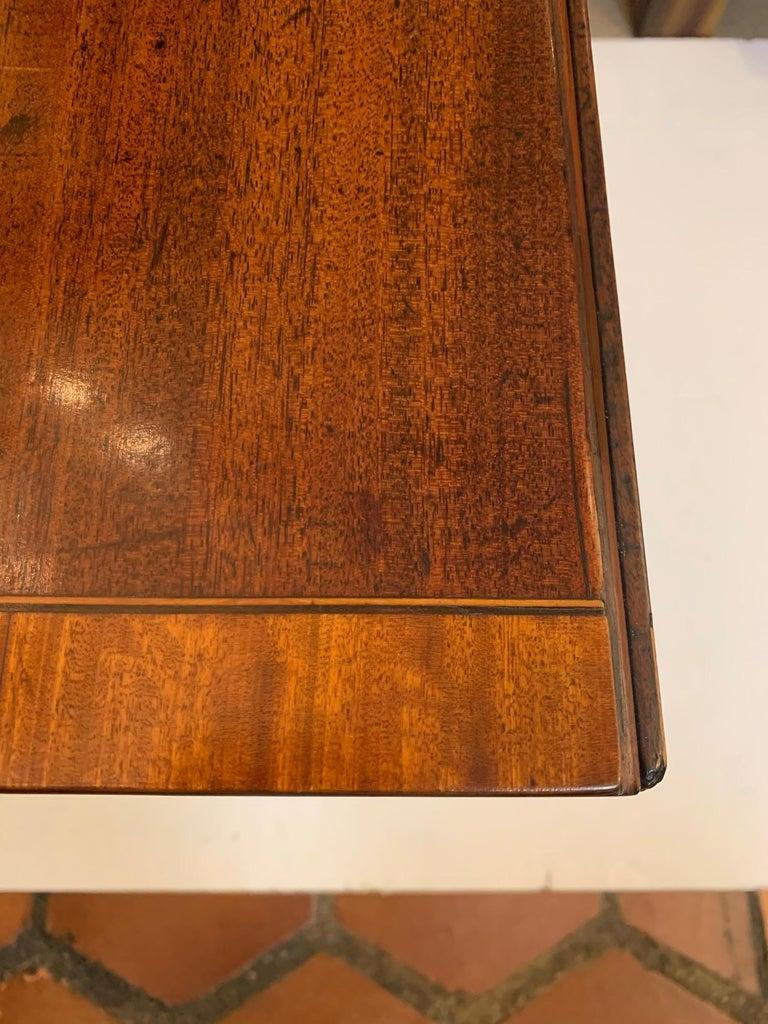 Elegant 19th Century Mahogany and Satinwood Pembroke Drop Leaf Side Table For Sale 4