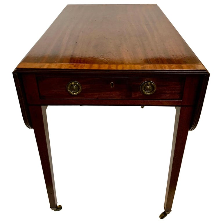 Elegant 19th Century Mahogany and Satinwood Pembroke Drop Leaf Side Table For Sale