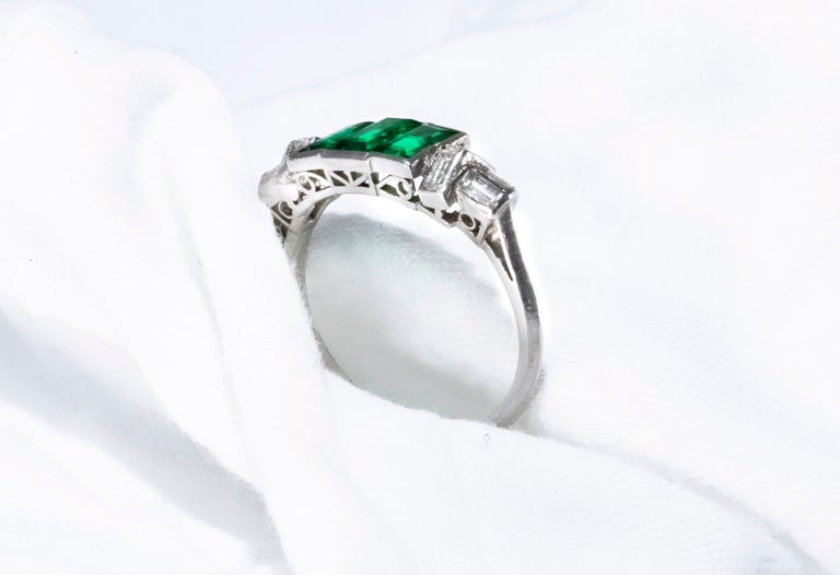 Elegant Art Deco 1920s Platinum 2 Cts Emerald Cut Emerald & Diamond Trilogy Ring For Sale 7