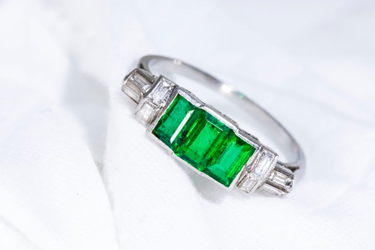Elegant Art Deco 1920s Platinum 2 Cts Emerald Cut Emerald & Diamond Trilogy Ring In Good Condition For Sale In New york, NY