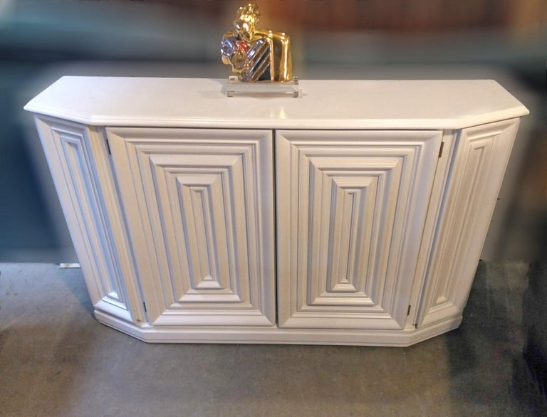 Elegant Console Cabinet in White Lacquer Finish In Excellent Condition For Sale In Los Angeles, CA