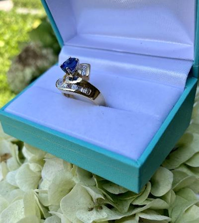 Elegant Cornflower Blue Sapphire and Diamond Bypass Design Yellow Gold Ring In Excellent Condition For Sale In Tustin, CA