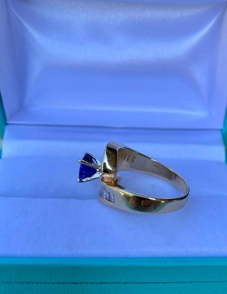 Elegant Cornflower Blue Sapphire and Diamond Bypass Design Yellow Gold Ring For Sale 3