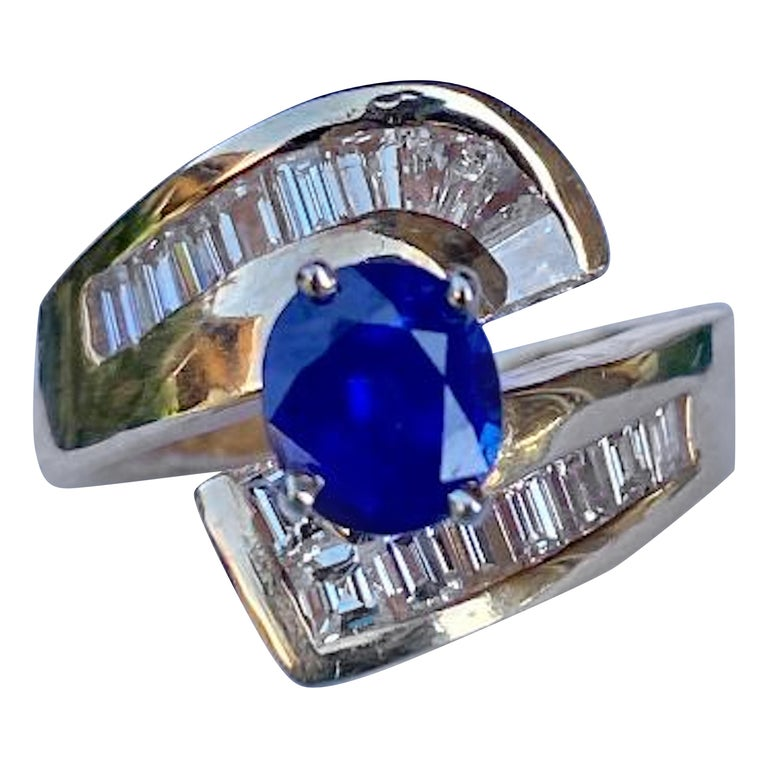 Elegant Cornflower Blue Sapphire and Diamond Bypass Design Yellow Gold Ring For Sale
