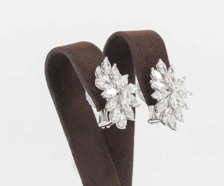 Elegant Diamond Gold Cluster Earrings In New Condition For Sale In New York, NY