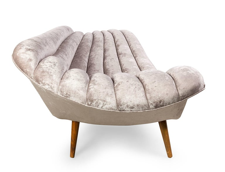 Elegant Grey Chenille Hans Hartl Chaise Longue, Denmark 1950s In Excellent Condition For Sale In New York, NY