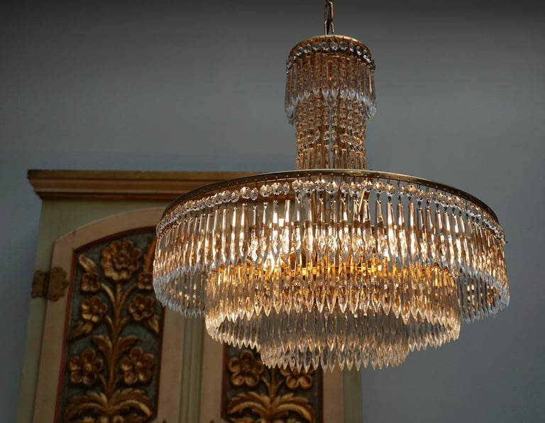 Elegant Hollywood Regency Crystal and Brass Chandelier In Good Condition For Sale In Antwerp, BE