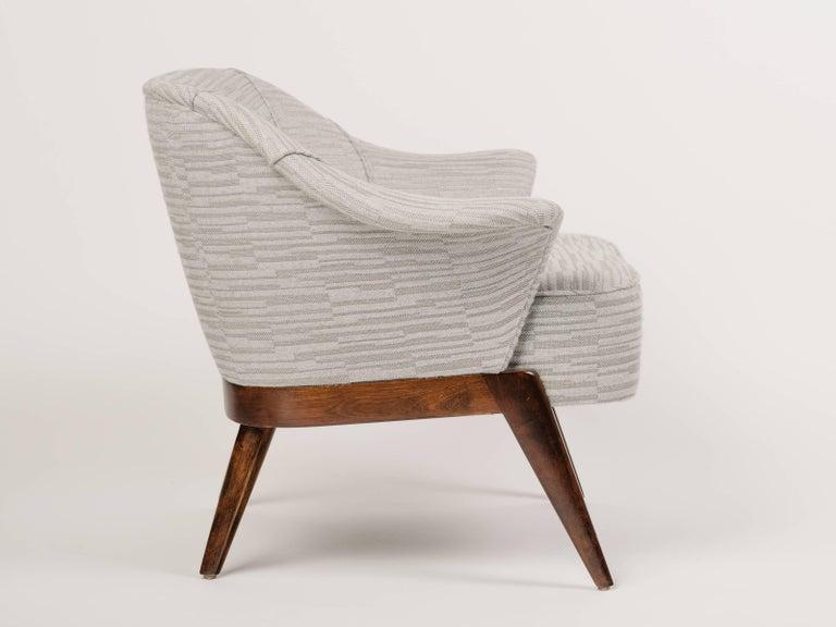American Elegant Mid-Century Modern Swan Chair in Embossed Wool For Sale
