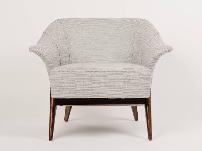 Elegant Mid-Century Modern Swan Chair in Embossed Woven Wool For Sale 4